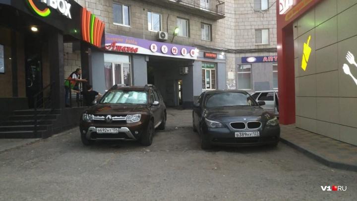 «Краснодар не отстает от наших»: владельцы авто атаковали тротуар на 7-й Гвардейской в Волгограде