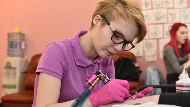 Одному набивала матерный стишок, другому —портрет дочки: интервью с тату-мастером из Екатеринбурга