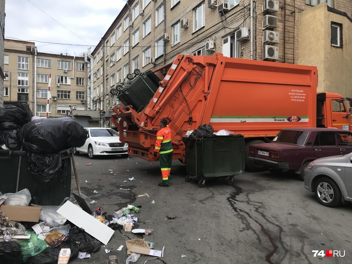Разгребать завалы отходов в челябинских дворах круглосуточно должны сто мусоровозов