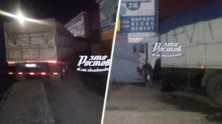 В Ростове фура влетела в магазин. Водитель умер до столкновения