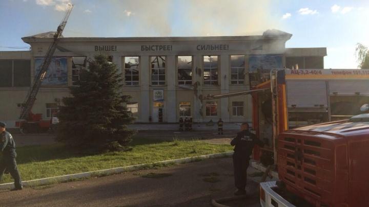 Пожар на набережной Волжского: у спорткомплекса обрушилась крыша (видео)