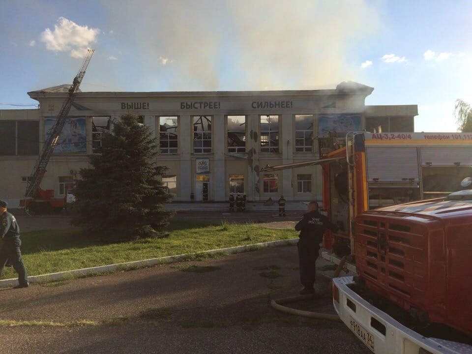 Упавшая крыша помогла пожарным справиться с огнём