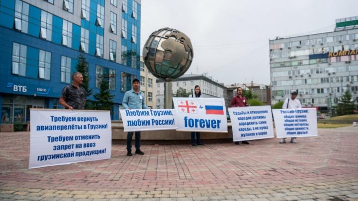 «Это дурной сон»: новосибирец, у которого сорвался отпуск в Грузии, устроил пикет в центре города
