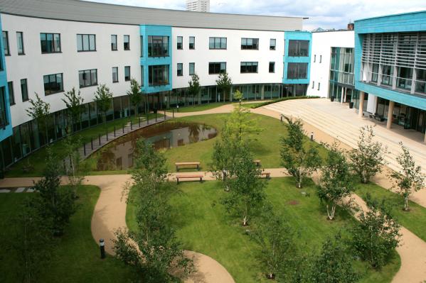Кампус с двумя колледжами в Бирмингеме, где работает Элли Тобин,&nbsp;британский международный консультант по образованию. Она помогает создавать английскую школу в Новосибирске<br>