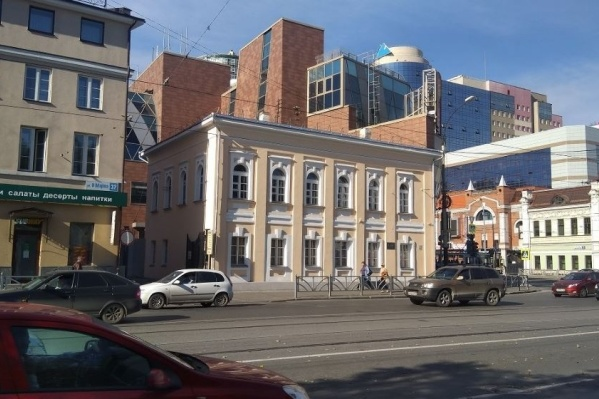 Сейчас это здание пустует, внутри идет ремонт