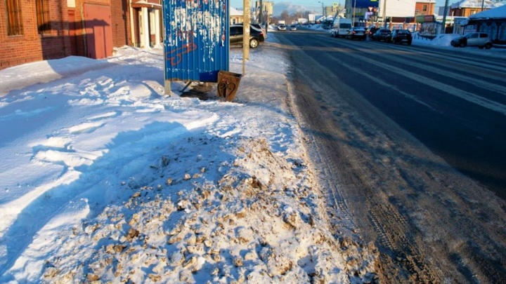 Омский фотограф запустил флешмоб после того, как прошёлся по неубранным остановкам
