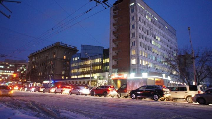 Едут, но стоят: новосибирские водители застряли в 10-балльных пробках