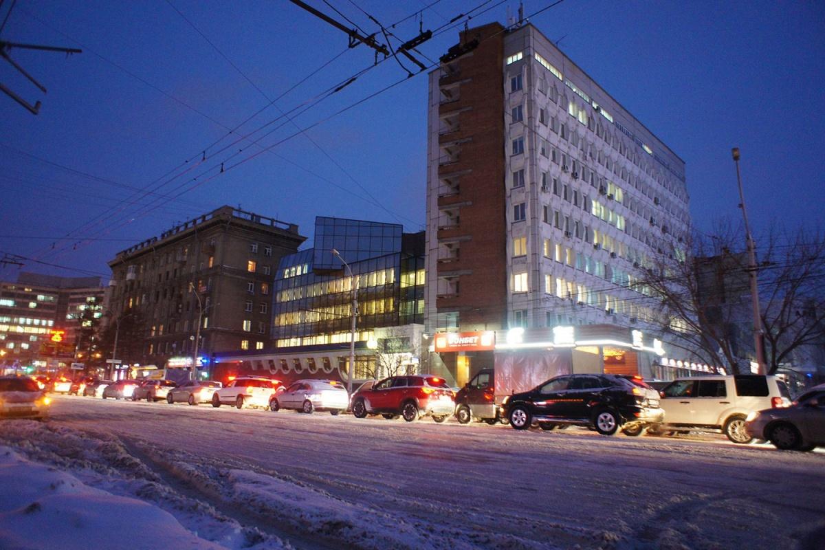 Самые сильные пробки сейчас — в правобережной части Новосибирска (на фото — Красный Проспект)