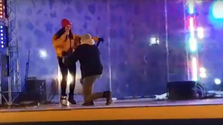 Красноярец сделал предложение девушке на о. Татышев со сцены во время концерта