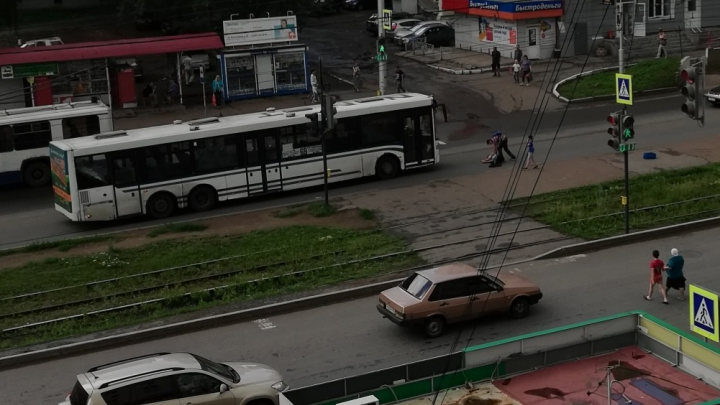В Уфе парень попал под колеса НЕФАЗа