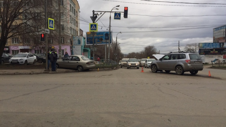 Женщина стояла у «зебры»: в Самаре иномарку отбросило на пешехода после ДТП сSubaru