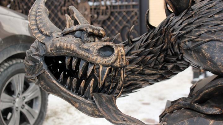 Он — дракон: детальные фото новой скульптуры от омских кузнецов