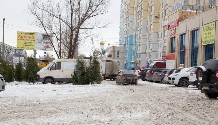 Челябинский торговый комплекс избавился от ёлочного базара на парковке после публикации 74.RU