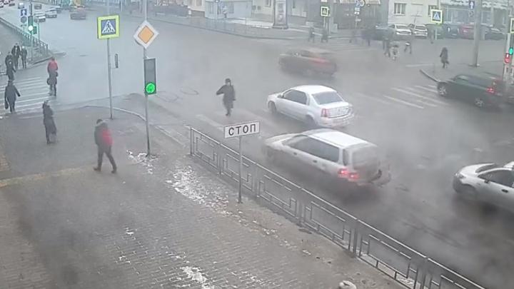 Водитель сбил пенсионерку на переходе по Сурикова и отвез в больницу. Теперь объявлен в розыск