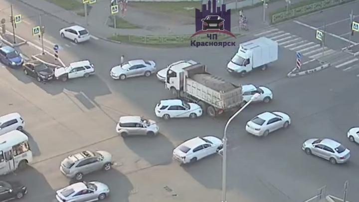 Месиво на Линейной: 5 машин разбили в ДТП на одном и том же перекрёстке