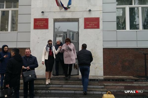 Из Кировского суда потерпевшая выходила под руку со своим адвокатом