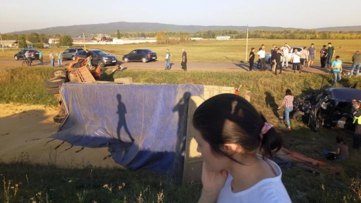 Жуткая авария на трассе в Башкирии: грузовик смял иномарку