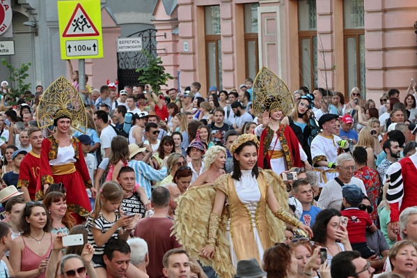 По Куйбышева во время ЧМ-2018 проходят красочные шествия