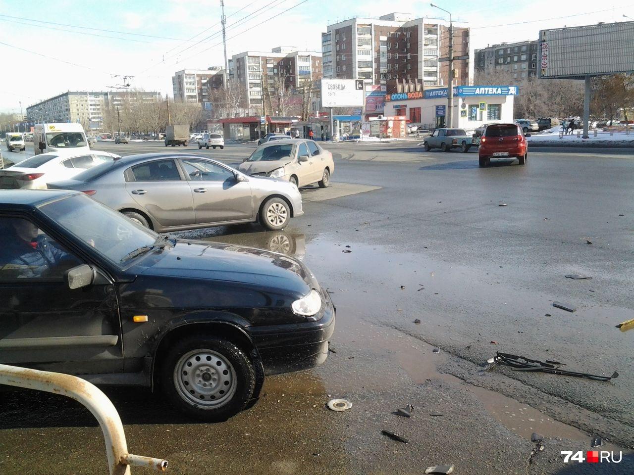Datsun до сих пор стоит на «аварийке» на оживлённом перекрёстке