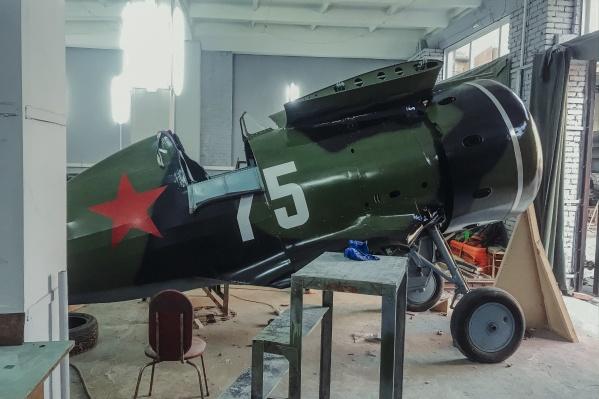 Чтобы сделать этот макет, новосибирские авиареставраторы использовали оригинальные металлические детали — их основная часть когда-то принадлежала истребителю И-153 «Чайка» с бортовым номером 75