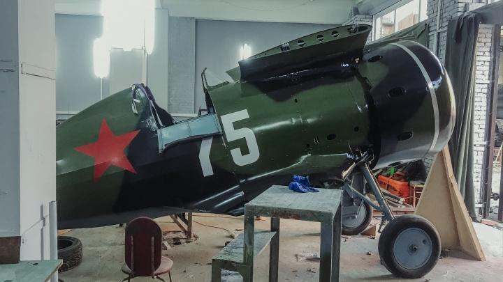 Найденный в болоте истребитель И-153 «Чайка» воссоздали в Новосибирске. Смотрим, как он выглядит
