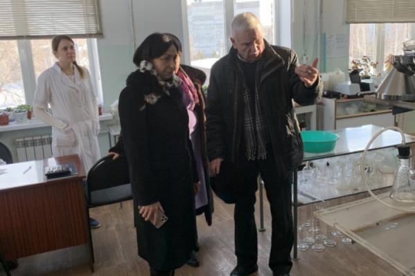 Глава города Наталья Котова ездила на очистные сооружения, но причины цветной воды в квартирах челябинцев так и неясны