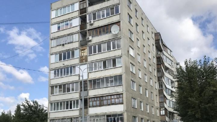 На улице 30 лет Победы погибла женщина, выпавшая из окна. Возле тела лежали стул и москитная сетка