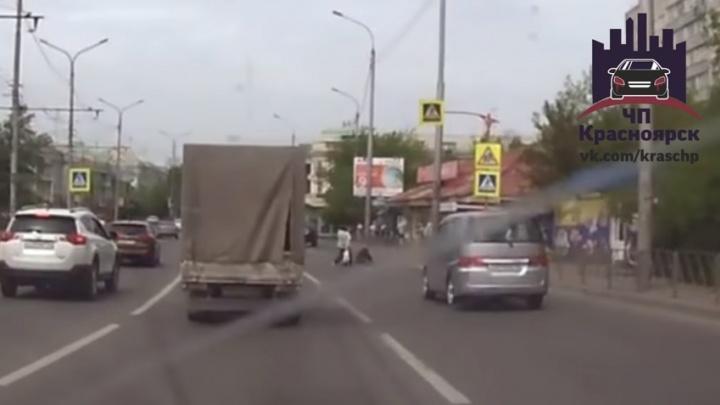 Женщины прошли мимо сбитого машиной пешехода и возмутили своим безразличием