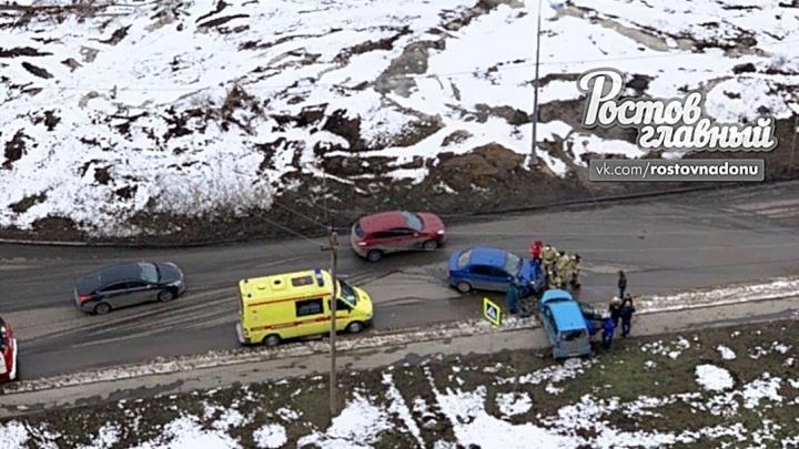 Лоб в лоб: на Суворовском в Ростове столкнулись два автомобиля
