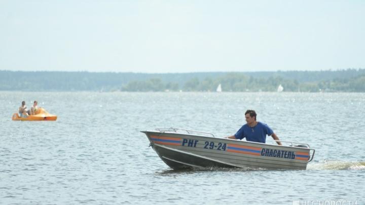 Двенадцать новосибирцев застряли на острове Кораблик из-за плывущих брёвен