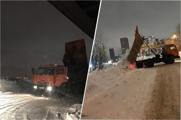 По словам очевидцев, машины сваливают снег под мостом не первую ночь