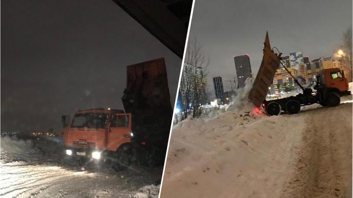 Самосвалы устроили свалку снега под Димитровским мостом— теперь там идут рейды