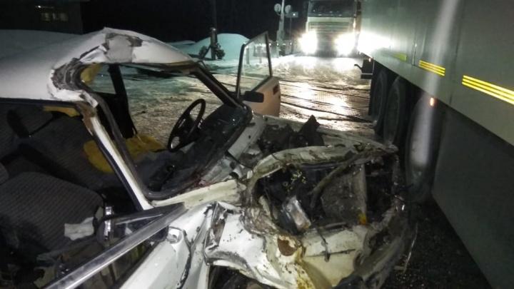 Были не пристегнуты: на свердловской трассе погибли пассажирки «Жигулей», влетевших в грузовик