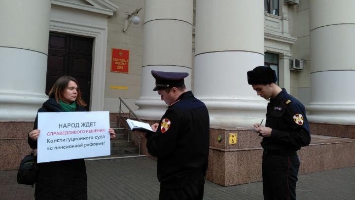 «В День Конституции хуже, чем в 1990-е»: в Волгограде у обладминистрации провели пенсионный пикет