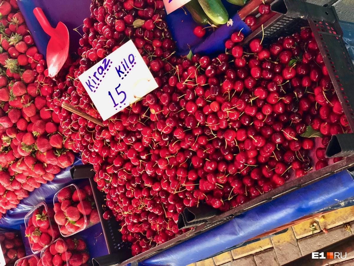 Вишню на рынке в Аланье можно купить по цене 160 рублей за килограмм