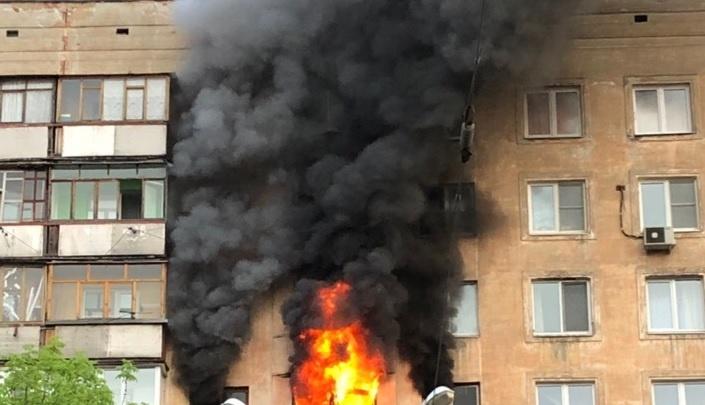 Жильцов успели спасти: квартира выгорела дотла в многоэтажке на улице Октябрьской Революции