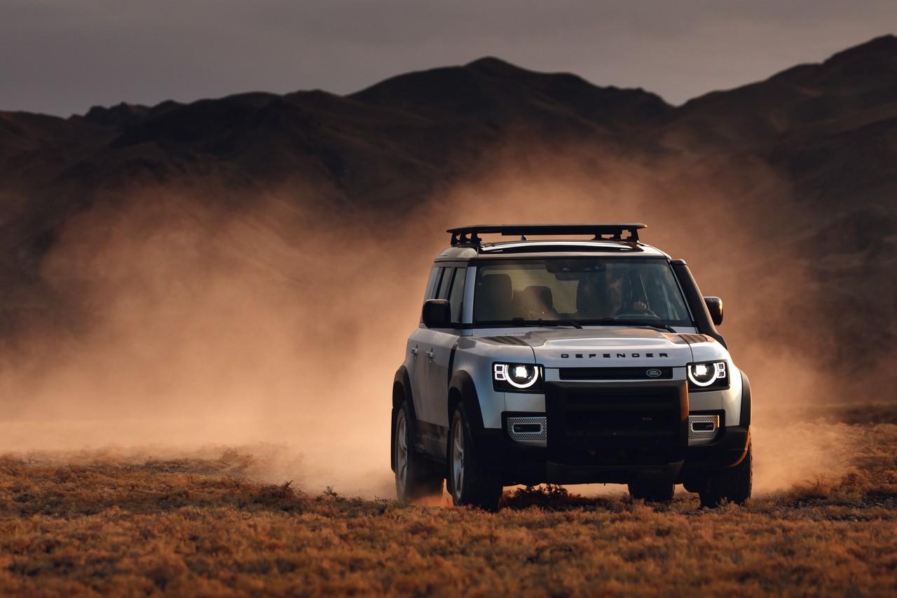 Land Rover показал новый Defender спустя три года после прекращения выпуска оригинальной модели, с которой дебютант не имеет ничего общего, кроме имиджа