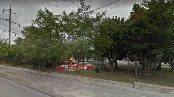 Еще два года без стоянки в центре города: на Театральном законсервируют парковку на двести машин