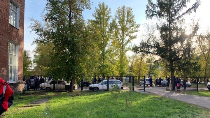 В ОмГТУ сообщили о минировании — преподавателей и студентов эвакуировали на улицу