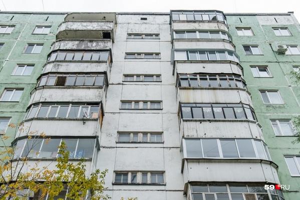 Женщина незаконно реконструировала комнату на первом этаже, подвергнув риску жильцов подъезда