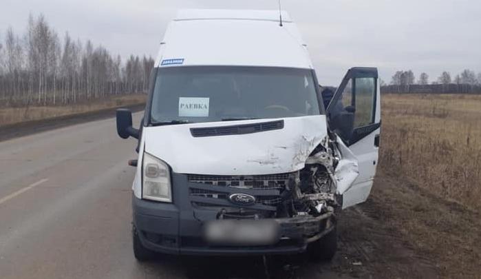 При столкновении пассажирского автобуса и легковушки в Башкирии пострадали два человека