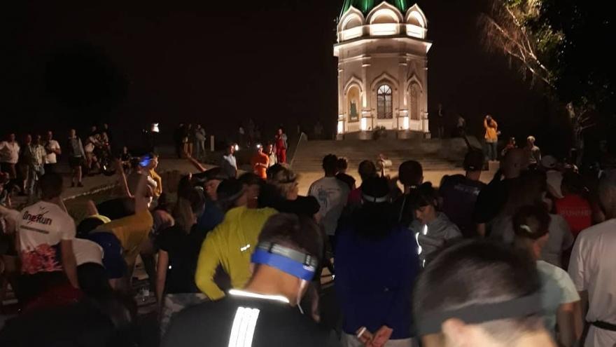«Ночь, улица... старт»: сотни людей пришли на забег с фонариками на Караульной горе