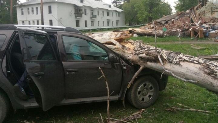 13 самых эффектных кадров субботнего урагана, который пронёсся по Свердловской области