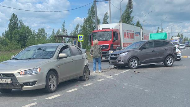 В Ярославле на окружной дороге столкнулись три легковушки: собирается пробка