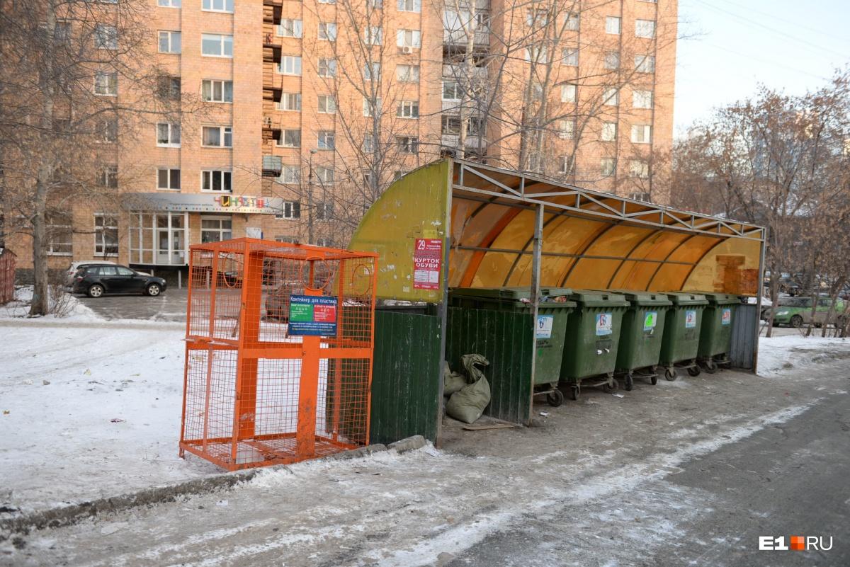 А за чистоту на контейнерных площадках во дворах отвечают УК