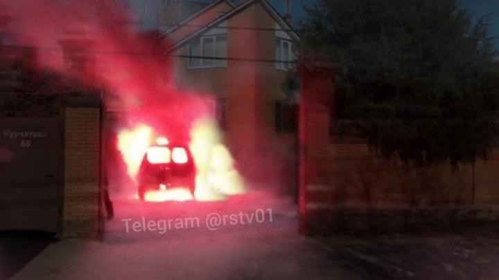 Горячая шутка: друзья сожгли машину, которую подарили имениннику
