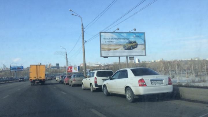 Из-за мероприятия на Татышеве десятки машин рядами брошены на Октябрьском мосту