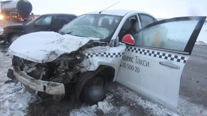 Пассажир такси и случайный прохожий пострадали в ДТП в Волгоградской области