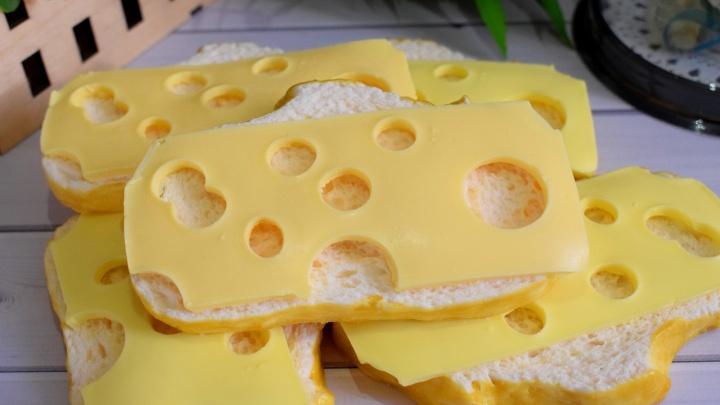 Натереться хлебом с маслом: сибирячка сделала мыло в виде бутербродов с сыром и колбасой