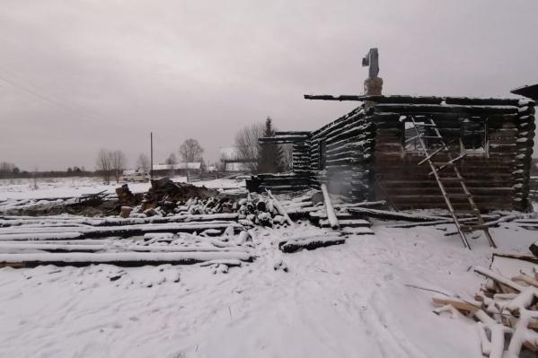От дома остались стены (частично) и печка